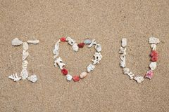 Je t'aime fait à partir de la coquille sur la plage sablonneuse Images stock