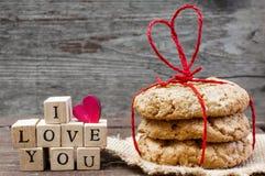 Je t'aime inscription et biscuits faits maison d'avoine Photographie stock libre de droits
