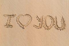 Je t'aime, jour de valentines écrit sur le sable Photos stock