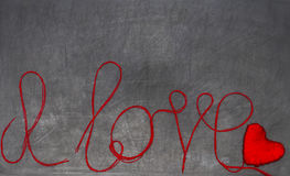 Je t'aime l'inscription est faite de fil rouge sur un cha noir Photos libres de droits
