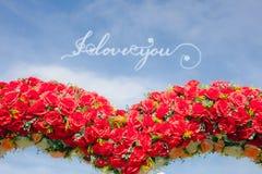 Je t'aime la conception de lettrage de calligraphie sur le coeur de ciel bleu et de rose de rouge forment le signe d'amour comme  Image libre de droits