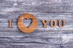 Je t'aime, lettrage en bois, fond gris, Saint Valentin heureux de carte postale, configuration plate Photo libre de droits