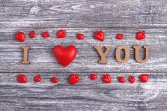 Je t'aime, lettrage en bois, fond gris, Saint Valentin heureux de carte postale, configuration plate Photo stock