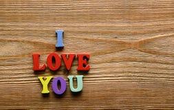 Je t'aime lettres sur le bois Image stock