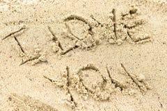 Je t'aime manuscrit en sable pour naturel, l'amour, le tourisme ou les plans d'étude Photo libre de droits