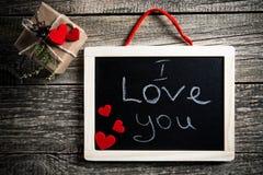 Je t'aime message écrit sur peu de tableau avec le cadeau Images stock