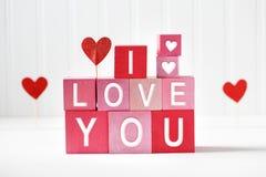 Je t'aime message avec le rose et les blocs rouges image libre de droits