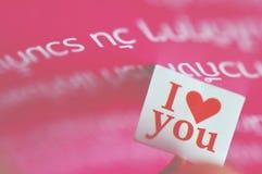 Je t'aime message dans le papier avec le beau fond Image libre de droits
