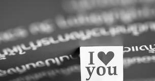 Je t'aime message dans le papier avec le beau fond Photo libre de droits