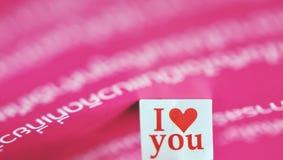 Je t'aime message dans le papier avec le beau fond Photographie stock