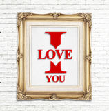 Je t'aime mot dans le cadre d'or de photo de vintage sur le mur de briques blanc, concept d'amour Photo libre de droits