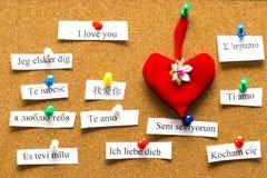 Je t'aime Mots imprimés sur le papier dans différentes langues Photo stock