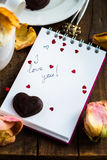 Je t'aime note dans Valentine Day Settings Photos stock