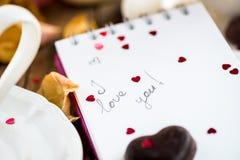 Je t'aime note dans Valentine Day Settings Image libre de droits
