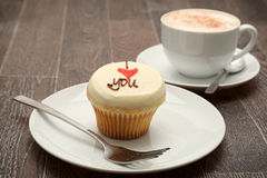Je t'aime - petit gâteau et un cappuccino Photo libre de droits