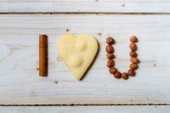 Je t'aime phrase disposée avec des biscuits et des écrous Photos stock