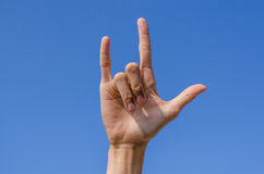 Je t'aime signe de main avec le ciel bleu Photographie stock libre de droits