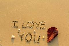 Je t'aime - texte écrit sur la plage sablonneuse Résumé Image stock