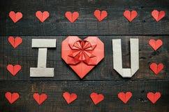 JE T'AIME, U a plié des lettres L'origami rouge empaquette le cadre de coeurs sur le fond en bois âgé brun foncé Jour de valentin images stock