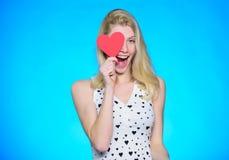 Je te donne mon coeur Partie de jour de valentines Femme heureux sur le fond bleu Amour et romance femme avec le coeur décoratif photographie stock libre de droits