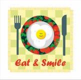 Je & Uśmiecha się - smażącego jajko Zdjęcia Royalty Free