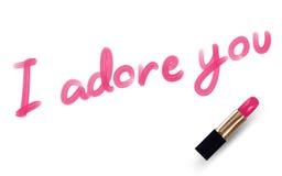 Je vous adore que le texte écrivent par couleur de rose de rouge à lèvres Image libre de droits