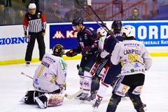 Jean Aubin Goalie et Darcy Campbell de HC Valpusteria et Tommaso Migliore et Bradley Schell de HC Milan pendant un jeu image libre de droits
