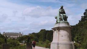 Jean-Baptiste Pierre Antoine de Monet, Ridder van Lamarck-standbeeld in Botanische tuin stock footage