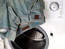 Jean en una máquina del washinh Foto de archivo libre de regalías