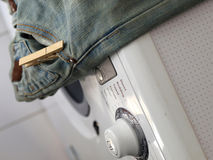 Jean en una máquina del washinh Fotografía de archivo libre de regalías
