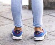 Jean för flickabenblått och blåttsko Arkivbild