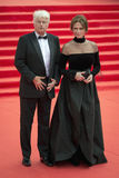 Jean Jacques Annaud et Jacqueline Bisset sur le tapis rouge avant l'ouverture 37 du festival de film international de Moscou Images libres de droits