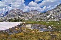 Jean Lake superior e mais baixo na bacia de Titcomb ao longo da escala de Wind River, Rocky Mountains, Wyoming, vistas da caminha imagens de stock