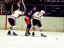 Jean Ratelle New York Rangers lucha a Stan Mikita Fotografía de archivo libre de regalías