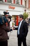 Jean Rottner che il sindaco di Mulhouse ha intervistato dalla televisione all'apertura di Starbucks a Mulhouse Fotografie Stock