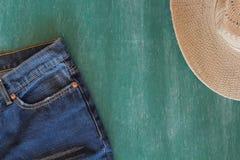 Jean y sombrero con la pizarra Imagen de archivo libre de regalías