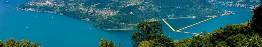 Jeanne-Cl Panorama sul lago d ` Iseo-della passerella di Christo e Stockfotos