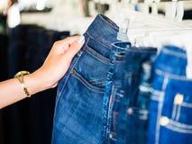 Jeans à disposition Photo stock