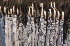 Jeans auf Aufhängernahaufnahme lizenzfreie stockbilder