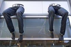 Jeans auf Fassade des Systems Stockfotos