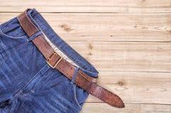 Jeans auf hölzerner Tabelle Lizenzfreies Stockbild