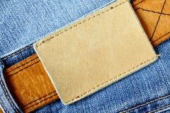 Jeans avec l'étiquette blanc images stock
