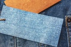 Jeans avec le prix à payer de papier blanc Image libre de droits