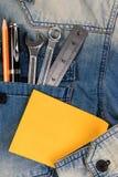 Jeans avec les outils d'ingénieur et le papier de note Photo libre de droits