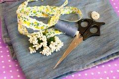 Jeans, band, stamens, draad, naald en schaar - wat van oude jeans, reeks te maken Stock Fotografie