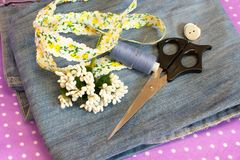 Jeans, bande, stamens, fil, aiguille et ciseaux - ce qui à faire à partir de vieux jeans, ensemble Photographie stock