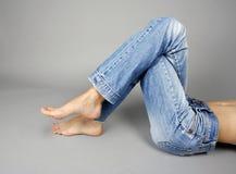 jeans bantar kvinnan Royaltyfria Bilder