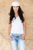 Jeans bianchi della protezione del brunette snello Fotografie Stock