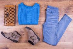Jeans, blauw sweatshirt, zak en laarzen Stock Fotografie