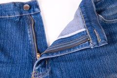 Jeans bleu-foncé avec une mouche ouverte Photos stock